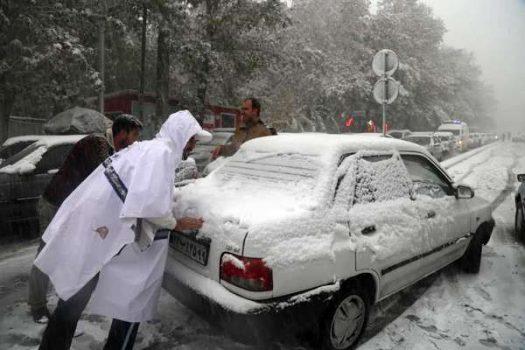 عدم برف روبی و پاشیدن شن و نمک در معابر شهر تهران/توقف خودروها در بزرگراه های شهید آبشناسان و شهید ستاریo